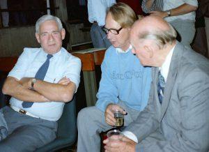 Stifteren af Dansk Selskab for Rumfartsforskning Erling Buch Andersen (tv) i samtale med bl.a. Gunnar Hellstrøm (th) medlem fra starten og mangeårigt bestyrelsesmedlem.